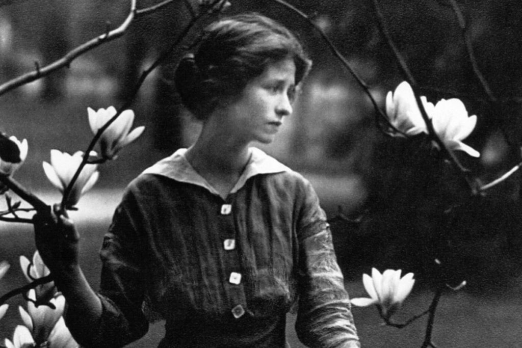 edna st vincent milay Edna st vincent millay was discovered at whitehall, a boutique hotel in camden maine when she recited her poem renascence and earned an education at vassar.