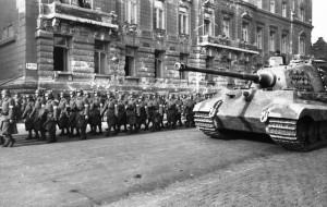 Bundesarchiv_Bild_101I-680-8283A-12A,_Budapest,_marschierende_Pfeilkreuzler_und_Panzer_VI